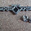 twisted Sister metal shaped pin speld  badge n2