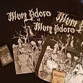Illum Adora (Shirt,Wooden Box,Tape,Poster u. Backpatch)